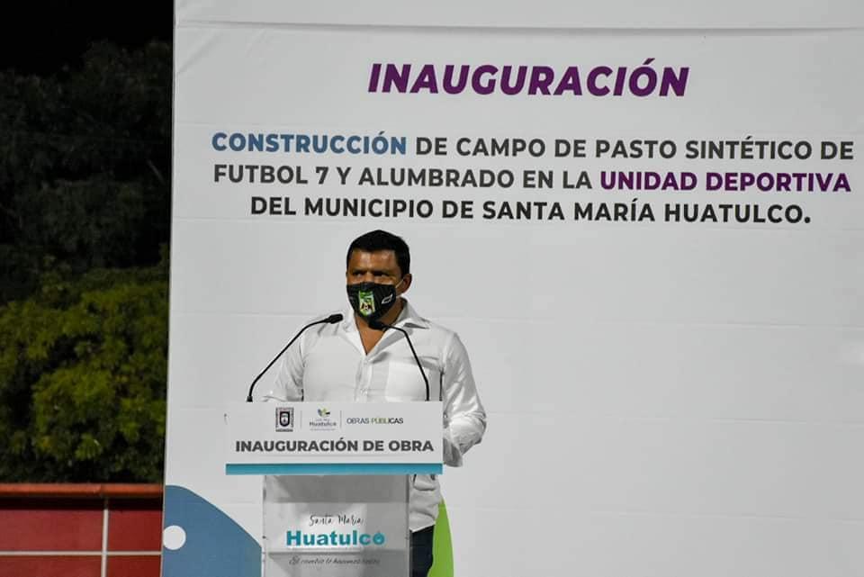 Funcionarios municipales de Huatulco participaron en inauguración de cancha y homenaje a regidor Magno Fierros.